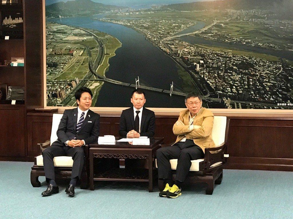 Takashima Soichiro of Fukuoka City (Left) and Taipei Mayor Ko Wen-je (Right)
