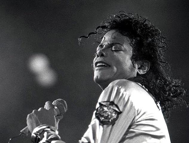 633px-Michael_Jackson1_1988 (1)