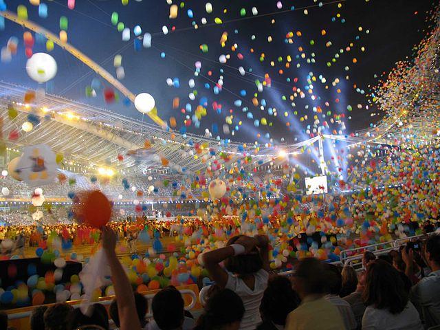 640px-Athens_2004_Olympics_Closing_ceremony (1)