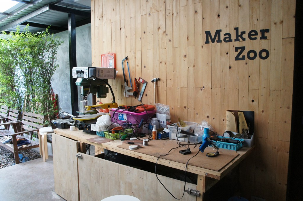 Pah をオフィスにしているタイのIoT系スタートアップ「Maker Zoo」の作業台。