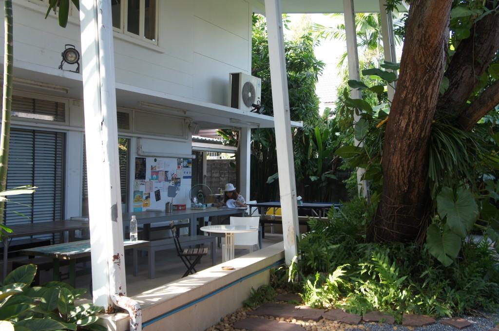 利用者の憩いの場となっている庭のテラス。ここでは、毎週水曜日に「Power Lunch」という名前で、利用者同士で自己紹介をし合うランチ会が行われている。