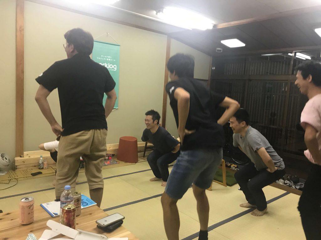 ハカルスの菊本さんに、ジャンピングスクワットを教わり、早速実践する面々