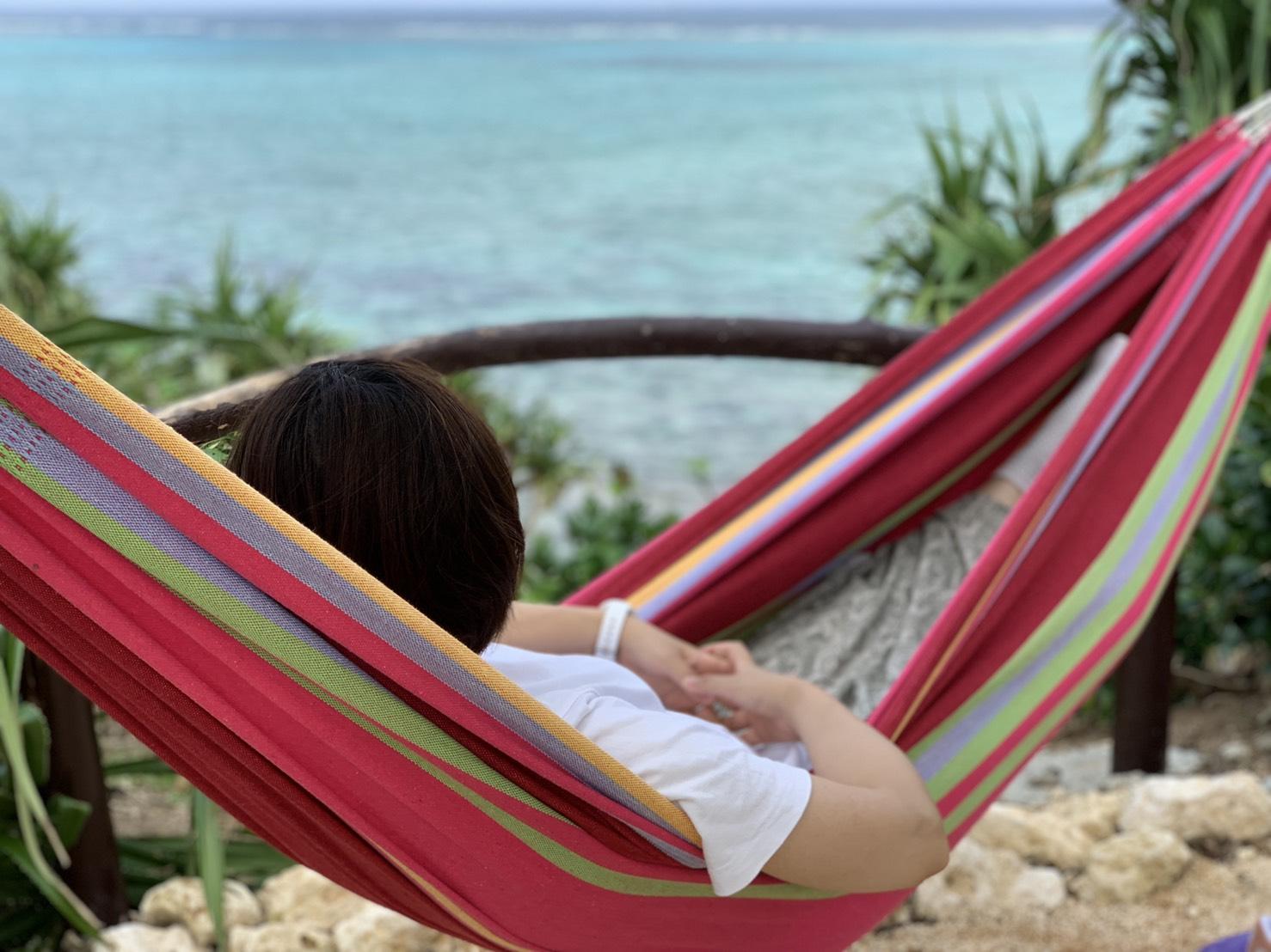 宮古島の海を見ながらハンモックに揺られて癒やされ中