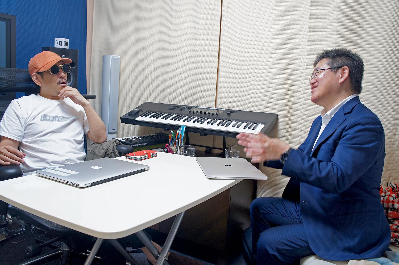 DOZAN11さんと青柳さんが議論している風景